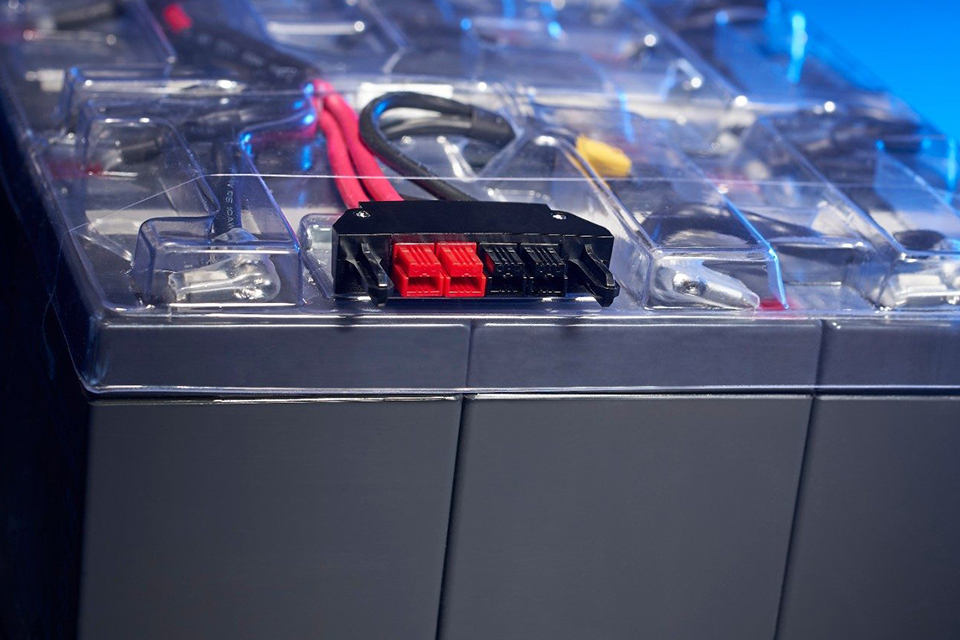 Řízené dobíjení s technologií ABM: Jak funguje a proč zvýší životnost baterií UPS zdroje až o 50 %
